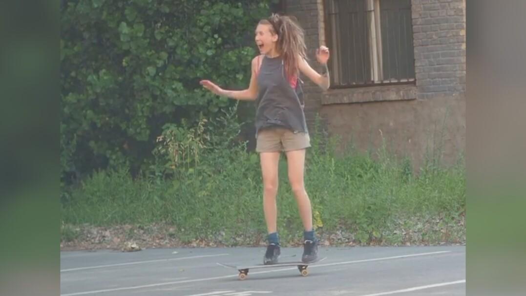 Młoda skaterka cieszy się z udanego kickflipa. Nagranie udostępnił sam Tony Hawk