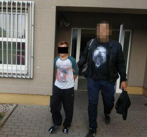 Policja: ekspedient wkładał ręce pod spódniczki nastolatek
