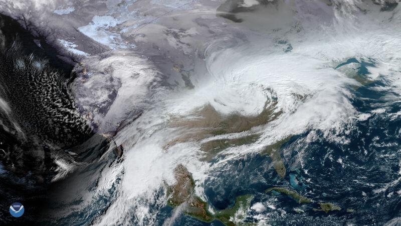 Dwie burze śnieżne w USA na zdjęciu satelitarnym (NOAA)