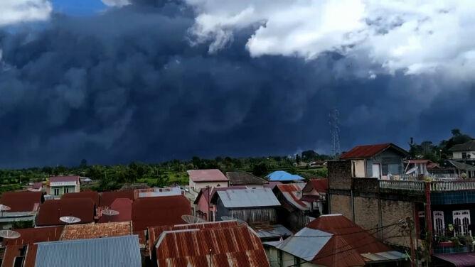 Ciemne chmury przysłoniły niebo. Erupcja wulkanu Sinabung